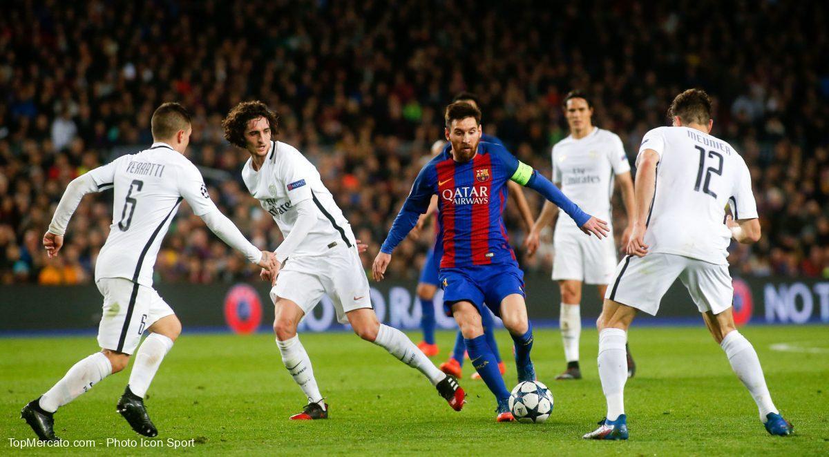 Lionel Messi, entouré de joueurs du PSG
